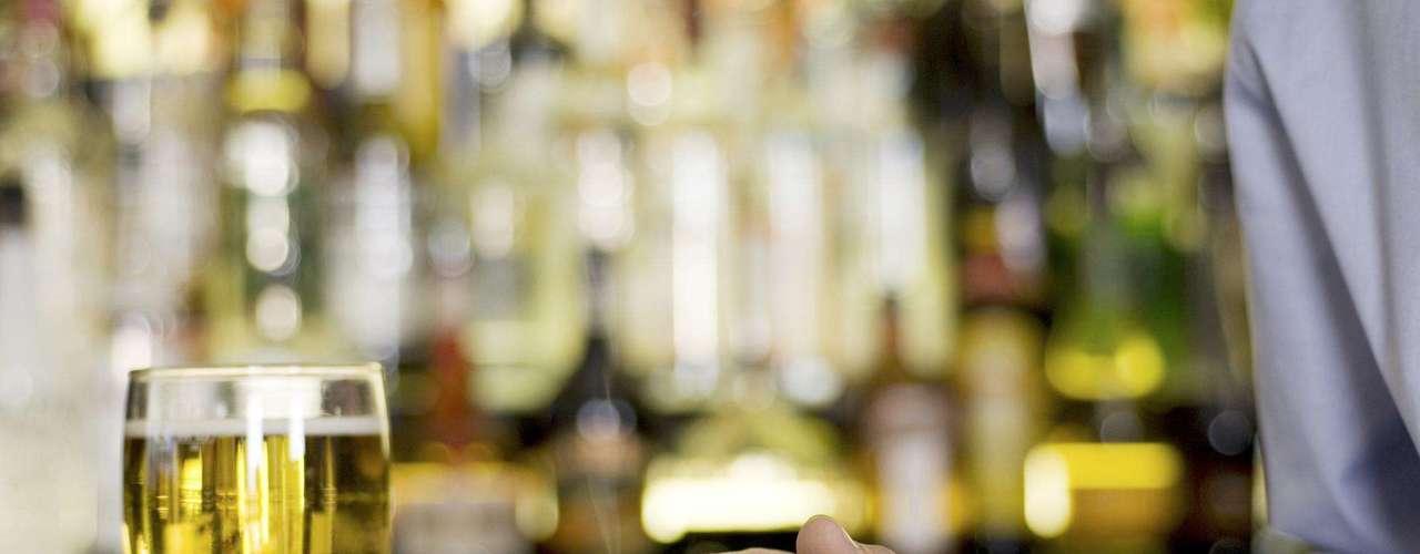 Fumar e beber: tabagismo é prejudicial para o coração e os pulmões, assim como para as veias, que irrigam a região genital, informou o urologista Cully Carson. Beber em excesso também pode reduzir a sensibilidade e a capacidade de atingir o orgasmo em homens e mulheres