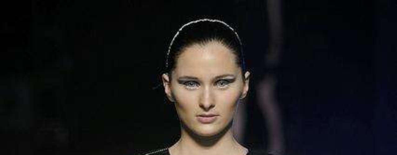 Gabriela Sakate não teve medo de ousar no vestido superbrilhante