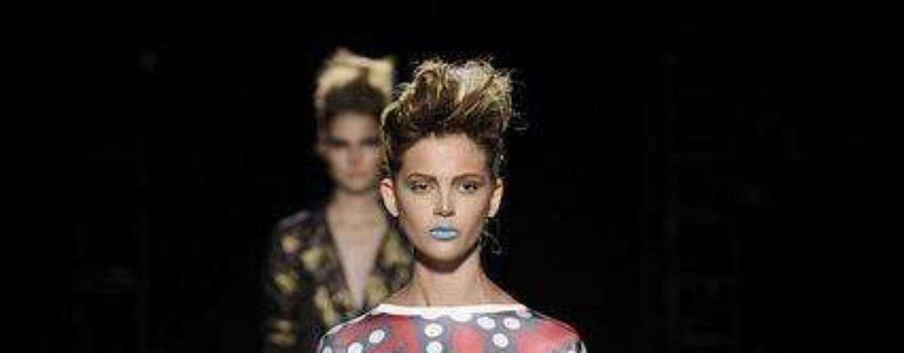 Estamparia e batom azul marcam look da Rober Dognani