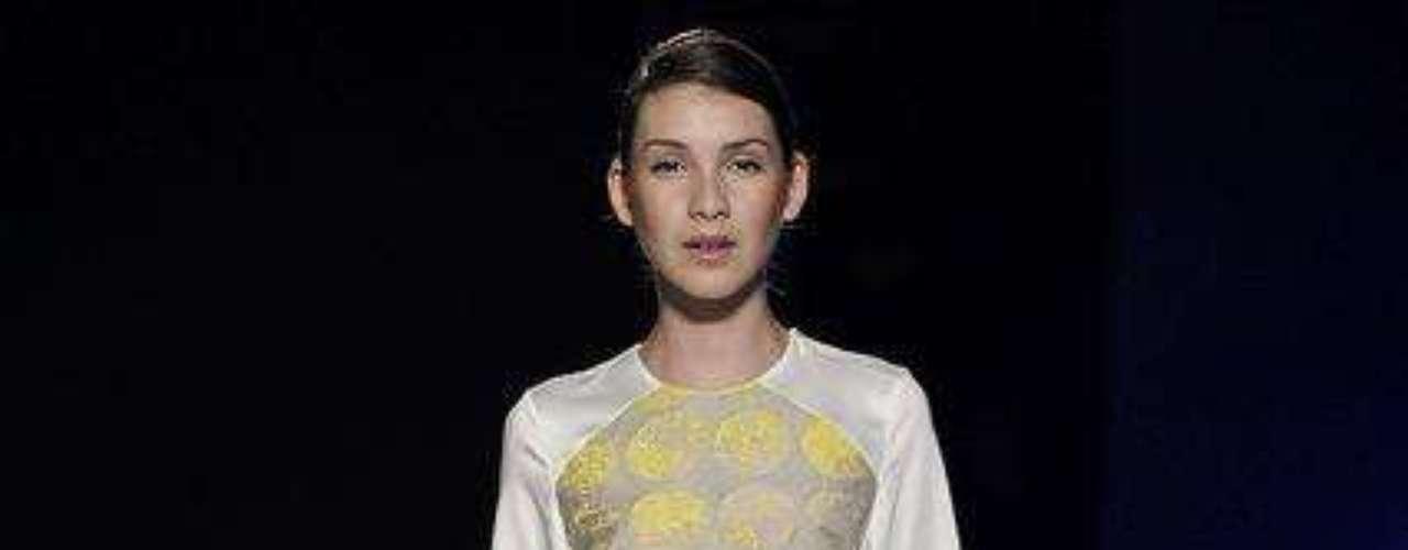 Minivestido tem o charme do bolso e mangas brilhantes na criação de Virgílio Couture