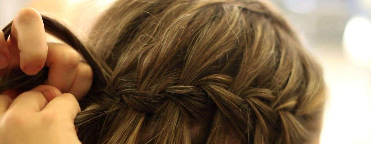 5 Faça a trança até a parte de trás da cabeça