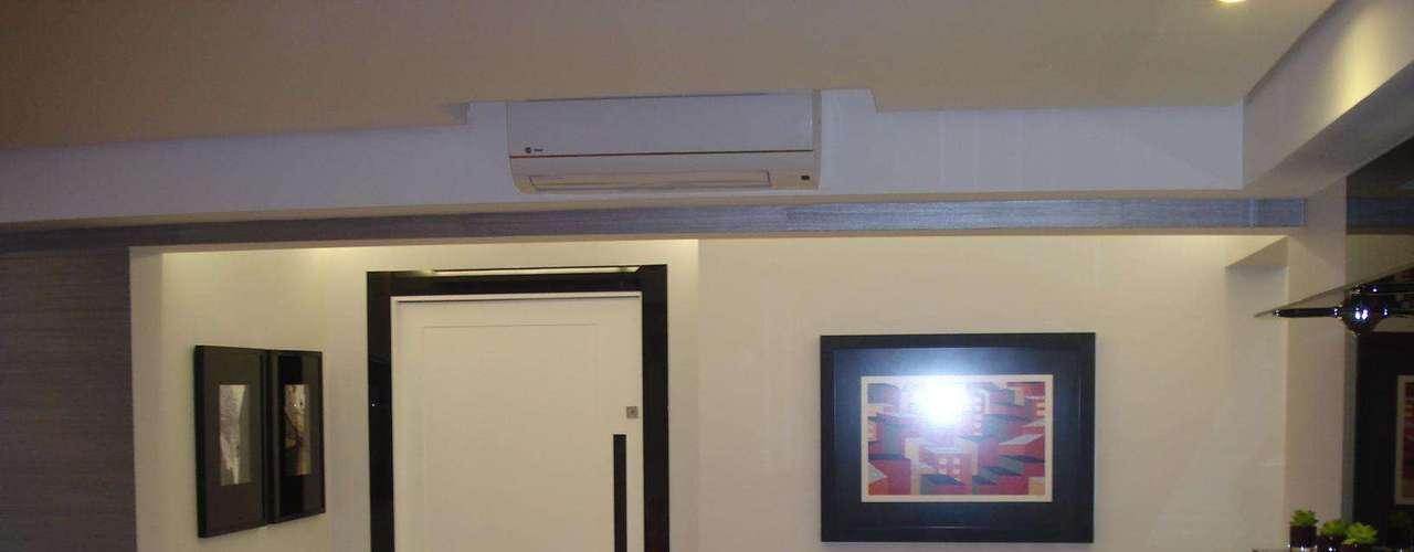 ...mas a arquiteta de interiores Simone Schneider conseguiu reavivá-la com apenas algumas mudanças. O batente da porta ficou preto e colocaram-se três quadros, que deram um novo ar ao ambiente. Informações: (11) 8381-6633