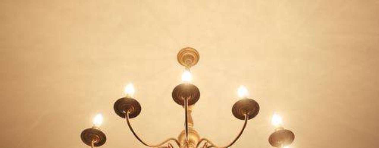 Trocar objetos que seriam caros, como luminárias, pode custar menos do que se pensa. Marina Carvalho recomenda procurar bastante, e lembra que, nos fornecedores, os preços costumam ser bem mais baixo do que em lojas