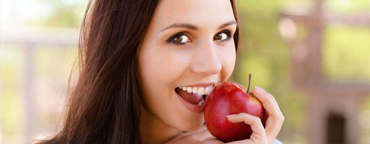 É melhor comer mais frutas do que vegetais: segundo especialistas, a maioria das pessoas acredita que só podemos comer cinco porções de frutas por dia, mas isso também se aplica aos vegetais. \
