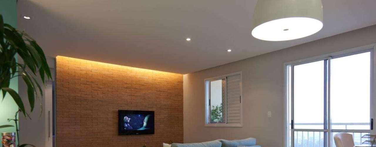 Marina Carvalho usou tijolos para dar um toque diferente a esta sala. Tanto o material quanto a mão de obra foram baratas, segundo ela, e o efeito combinou com o resto do ambiente