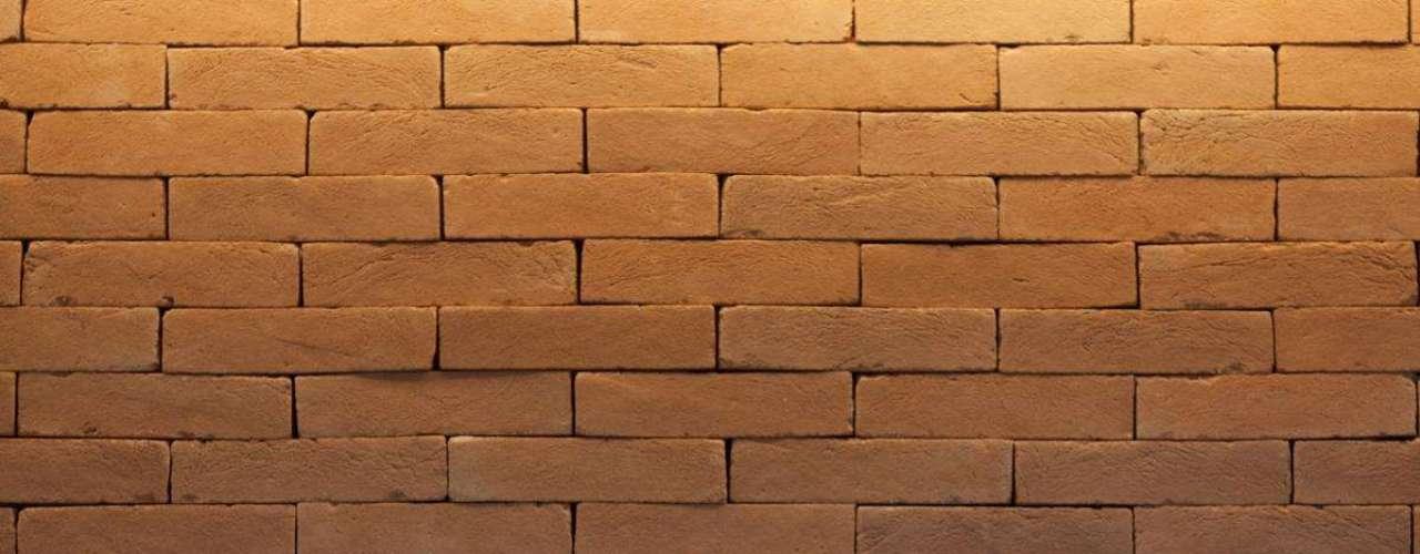 Foram utilizados tijolos com a metade da largura dos normais, empilhados com a técnica da junta seca: o material está fixado pela parte de trás em uma parede que já existia