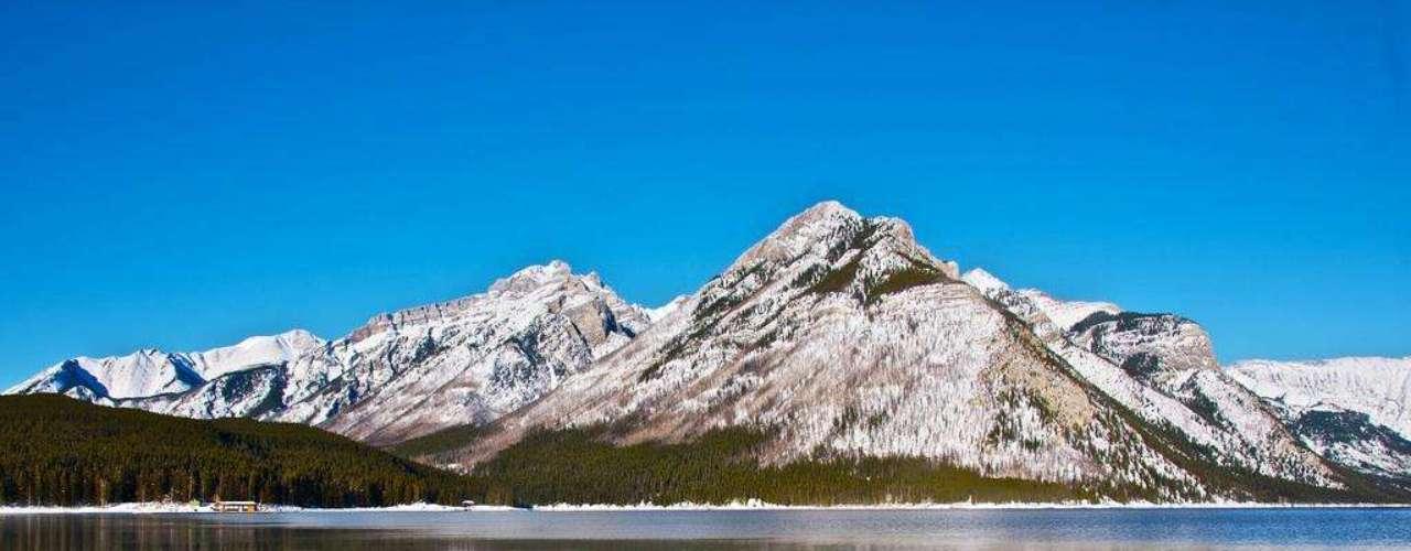 Lago Minnewanka, Canadá: o Parque Nacional de Banff, no oeste do Canadá, tem maravilhas naturais como florestas, lagos e montanhas. Mas um dos lugares mais interessantes e surpreendentes do parque nasceu por obra humana. Em 1941, trabalhos para aumentar o nível de duas barragens inundaram uma cidade turística. Mergulhadores podem encontrar neste lago cristalino diversas instalações, como duas plantas elétricas, pontes e as fundações do hotel local