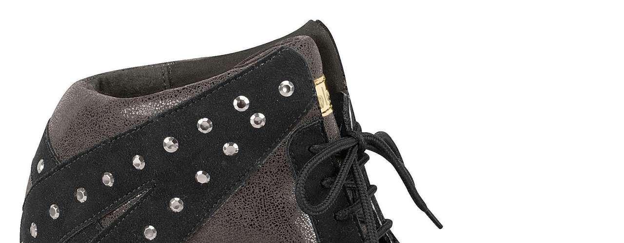 O sneaker todo preto com aplicações em tachas é da Moleca. Preço sugerido: R$ 139,90. (51) 3584-2200