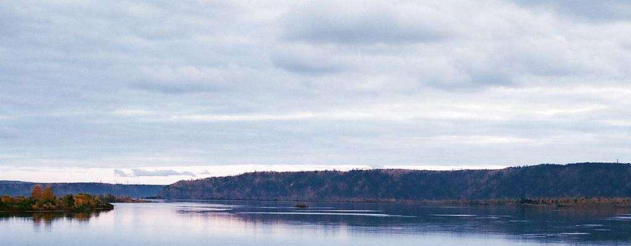 Reservatório de Bratsk, Rússia: construída em 1967, a barragem de Bratsk deu origem a um grande reservatório situado na remota região siberiana de Irkutsk. O reservatório tem mais de 5 mil km², uma profundidade máxima de 150 metros, e foi criado a partir do rio Angara