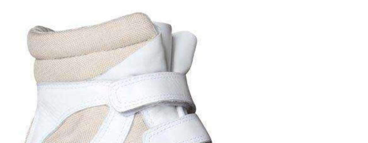 Em linho natural e napa branca, o modelo da marca Hetane atende quem prefere os tons neutros. Preço sugerido: R$ 299. Informações: (51) 3549-9000