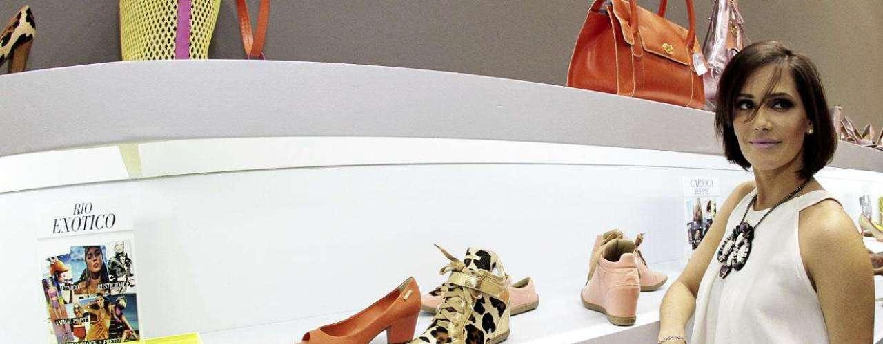 Deborah diz adorar brincar com os diversos modelos e tonalidades disponíveis para os pés no verão