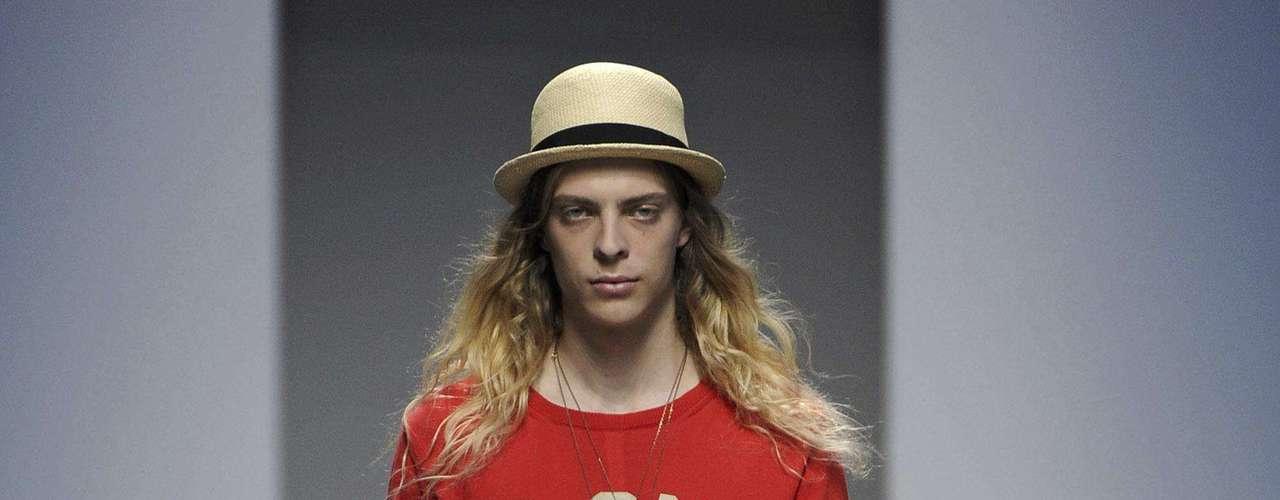 Muitos dos looks da Diesel Black Gold foram finalizados com chapéus. Os cabelos compridos marcaram grande parte do desfile