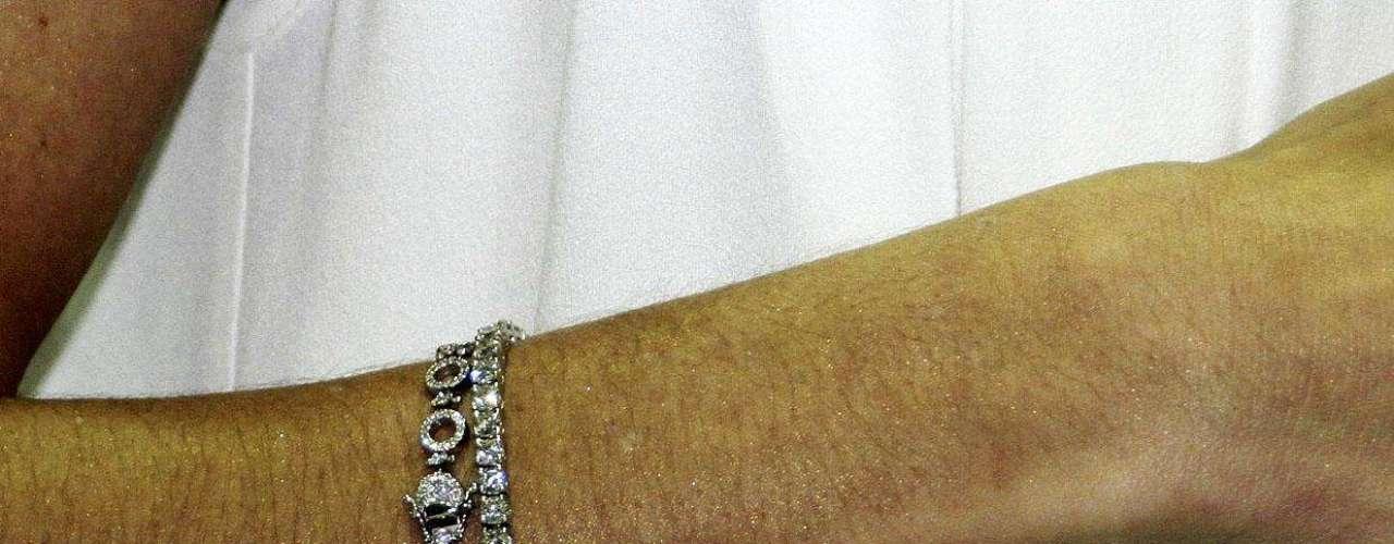 Entre os acessórios, Deborah exibe uma pulseira delicada