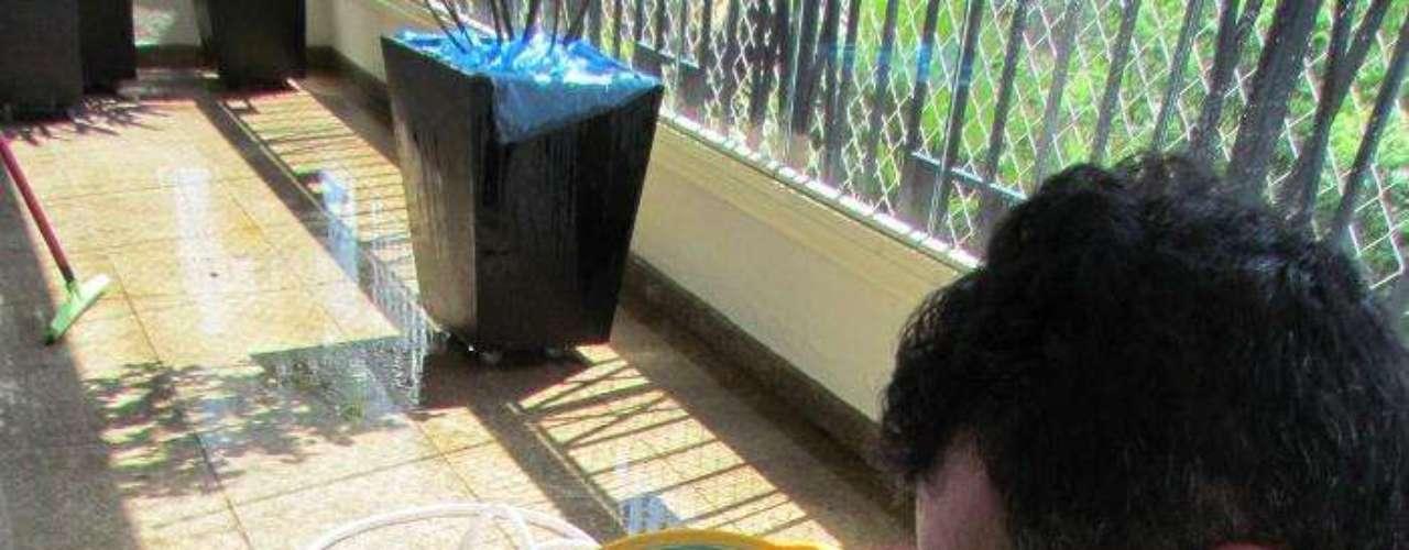 CALDA SULFOCÁLCICA. INGREDIENTES: 2,5 kg de enxofre ventilado, 1,25 kg de cal virgem e 10 litros de água. MODO DE FAZER: Misture o enxofre com dois litros de água quente, para formar uma pasta. Mantenha a mistura aquecida e, quando estiver a 50ºC, adicione a cal. Junte o restante de água aos poucos, mantendo a solução aquecida. No final do processo, ela deve apresentar cor marrom-avermelhada. Deixe esfriar, filtre e pulverize. INDICAÇÃO: Tem ação protetora contra ácaros e insetos.
