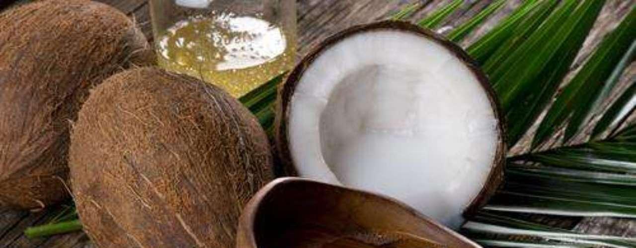 PREPARADO DE PIMENTA MALAGUETA COM SABÃO. INGREDIENTES: 500 g de pimenta malagueta, 4 litros de água e 5 colheres de sopa de sabão de coco em pó ou ralado. MODO DE FAZER: Bata a pimenta no liquidificador com 2 litros de água, até a maceração total. Coe o preparado e misture com o sabão, acrescentando, então, os 2 litros de água restantes. INDICAÇÃO: Ajuda a combater pulgões, vaquinhas, grilos e lagartas.