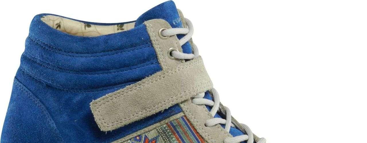 A Cravo e Canela também apostou na tendência e criou um modelo azul que conta com bordados. Preço sugerido: R$ 225. Informações: (051)-2101-0700