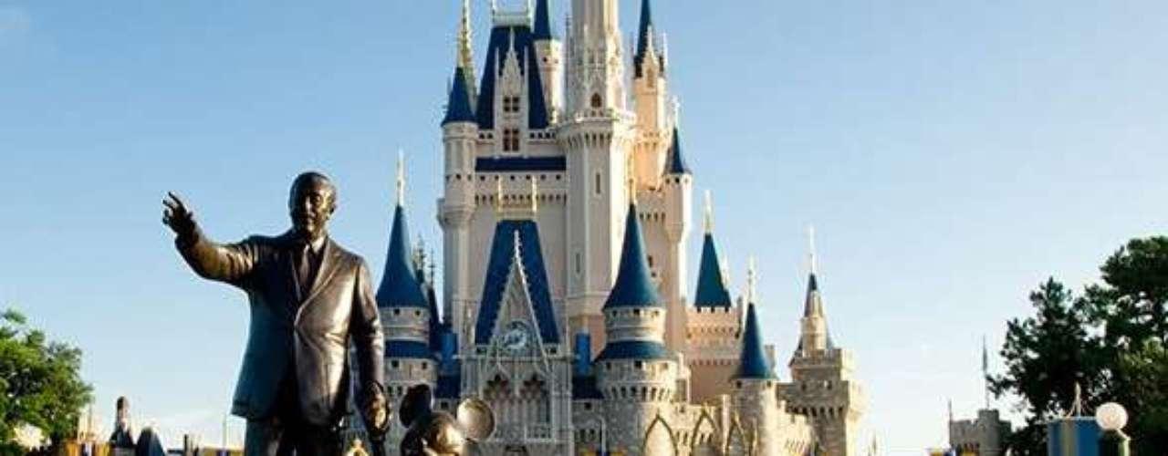 Magic Kingdom Disneyworld, Lake Buena Vista, Flórida, EUA: com mais de 50 milhões de visitantes por ano, este é o maior parque dos Estados Unidos e, sem dúvida, o mais popular do planeta. O parque temático corresponde a duas vezes o tamanho de Manhattan e conta com atrações que remetem aos filmes e desenhos animados criados pelos estúdios de Walt Disney
