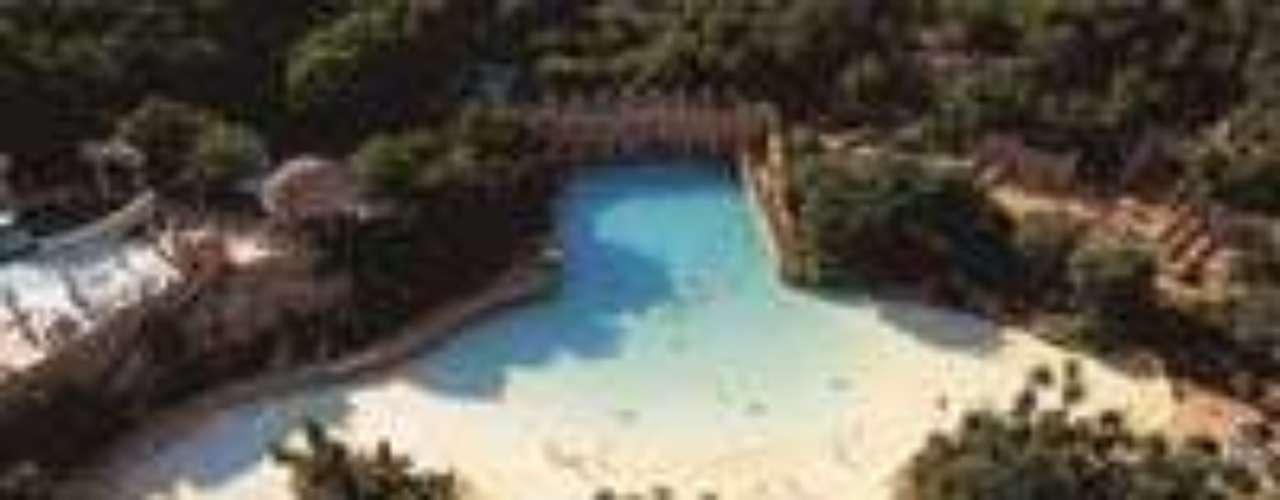 Sun City, África do Sul: localizado em meio à paisagem desértica, o parque temático reserva uma piscina de ondas artificiais. É constituído por casinos, áreas de diversão, discotecas e restaurantes. Ao redor você pode fazer um safári em uma área de 75 mil hectares para conhecer os animais do continente, como elefantes, girafas e hienas. O hotel que faz parte do complexo, Palace of the Lost City, é um dos únicos seis estrelas do mundo