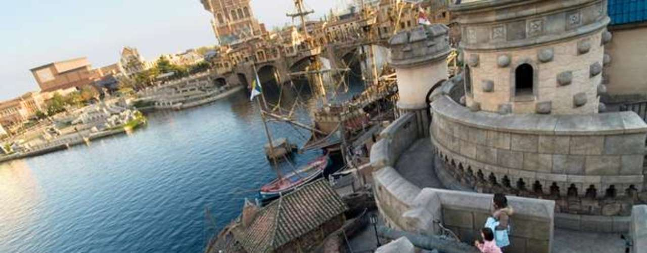 DisneySea, Tokyo, Japão: a Disneyland Tokyo foi o primeiro parque do grupo Disney a ser construído fora dos Estados Unidos, em 1983. O Disney Sea foi construído pelo grupo na década de 1990. E com o tema marítimo, tornou-se uma das principais atrações do World Disney Tokyo. O Disney Sea é dividido em sete seções: Port Discovery, American Waterfront, Mediterranean Harbor, Mermeaid Lagoon, Arabian Cost e Lostv River Delta
