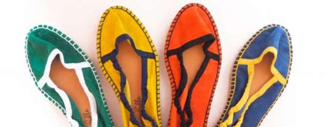 Esse tipo de calçado, muito usado na Europa, continua ganhando espaço no coração das brasileiras. Seja com salto, sem salto, de couro, feminino ou masculino, quase todas as marcas trazem um modelo de alpargata ou espadrille. Caçados femininos coloridos da Escadrille
