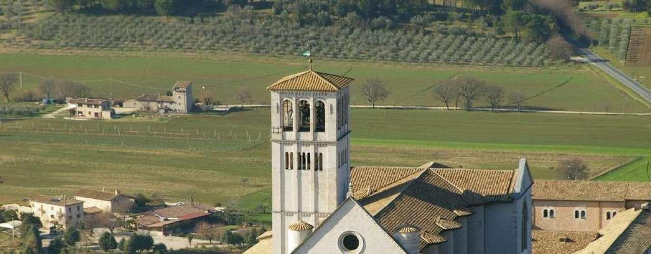Basílica de São Francisco de Assis - Erguida no século XIV no centro da Itália, a Basílica de São Francisco de Assis tem frescos pintados pelos maiores artistas da época. As duas igrejas situadas no topo de uma colina, além da cripta com o corpo intacto de São Francisco de Assis atraem peregrinos do mundo inteiro