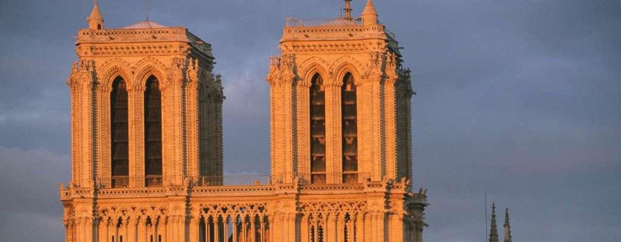Catedral de Notre Dame, Paris, França - Rodeada pelas águas do Rio Sena, no coração de Paris, a Catedral de Notre Dame é uma obra-prima da arquitetura gótica que impressiona milhões de turistas anualmente, tanto pela sua beleza exterior quanto interior. A igreja foi construída ao longo de quase duzentos anos, sendo completada em 1345
