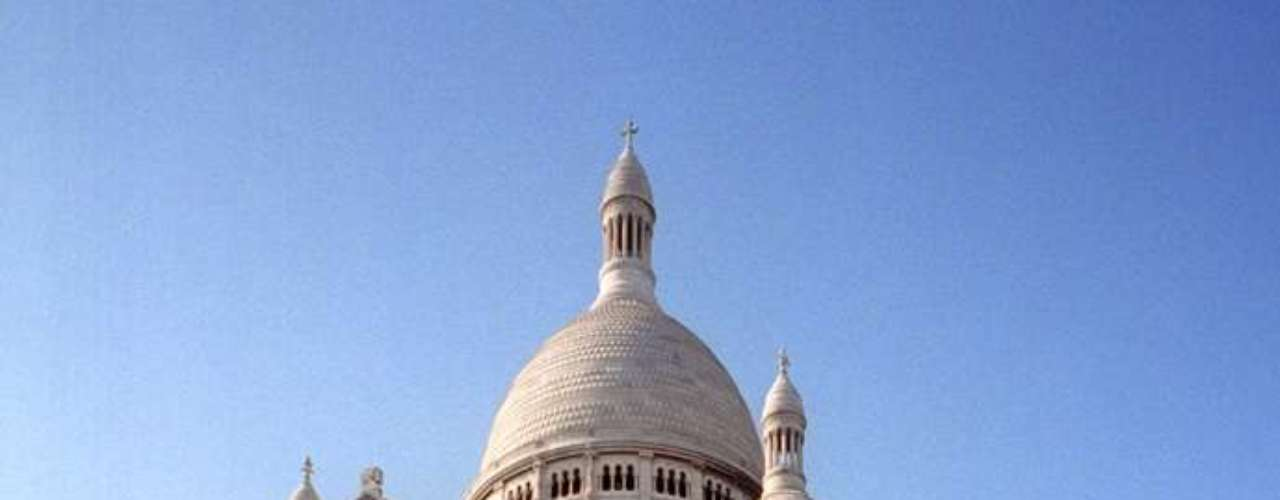 Basílica de Sacré-Coeur, Paris, França - Além de ser um lindo cartão-postal da cidade, a basílica de Sacré-Coeur tem uma das melhores vistas sobre Paris. Construída entre 1875 e 1914, a igreja encontra-se no topo da colina de Montmartre, uma dos pontos mais elevados e charmosos da capital