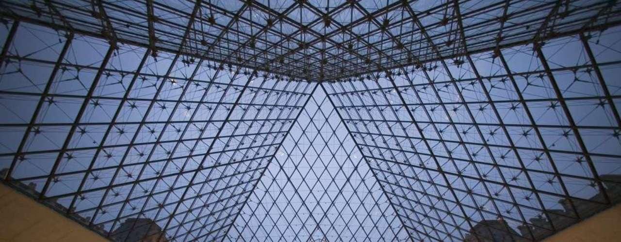 Museu do Louvre, Paris, França - Atraídos por obras famosíssimas, como a Mona Lisa e a Vênus de Milo, entre mais de 35 mil obras de arte, turistas do mundo inteiro fazem do Museu do Louvre o mais visitado do planeta. Simbolizado por suas polêmicas pirâmides de vidro de visual muito moderno, erguidas em 1989, o Louvre é um sonho para qualquer amante de arte, história e cultura