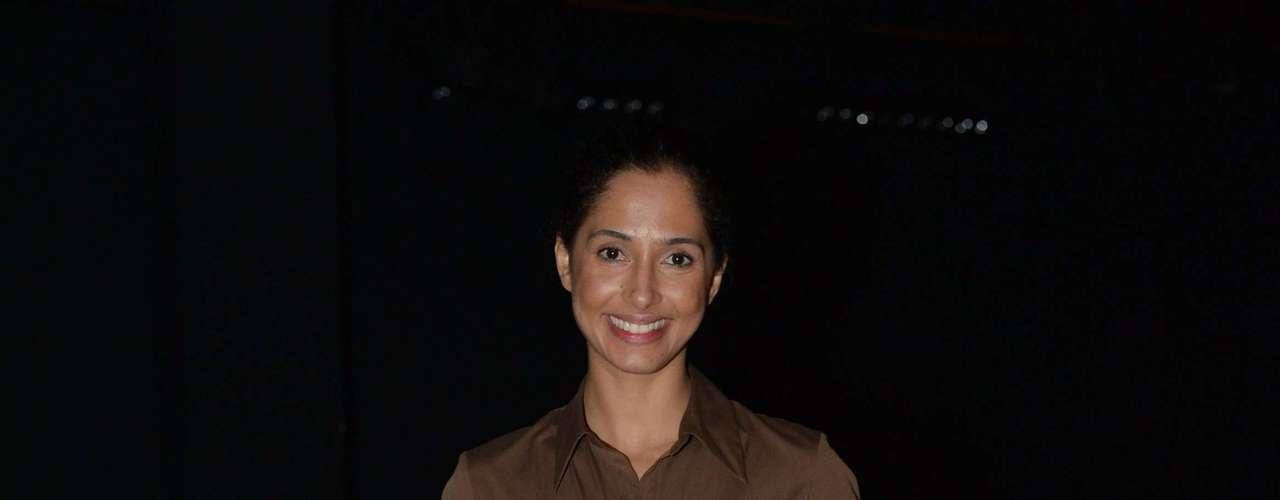 A atriz Camila Pitanga optou pelo vestido marrom e complementos, como bolsa e sapato, seguindo a tonalidade. É uma opção clássica, que deixou o visual elegante, mas meio apagado
