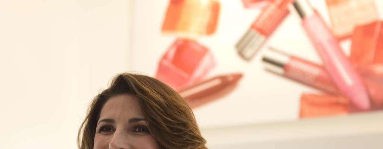 A atriz Jacqueline Dalabona aproveitou a noite desta quinta-feira para conferir a inauguração da Clinique no Shopping Pátio Higienópolis. O espaço inaugurado contém uma mesa destinada exclusivamente a batons, sombras, lápis e rímel que prometem, além de irritar a pele, hidratar e mantê-la cada dia mais bonita