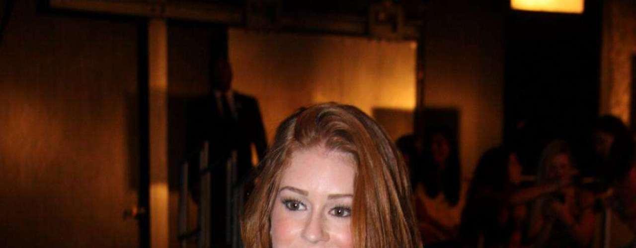 Marina Ruy Barbosa investiu em blusa lilás e sutiã preto