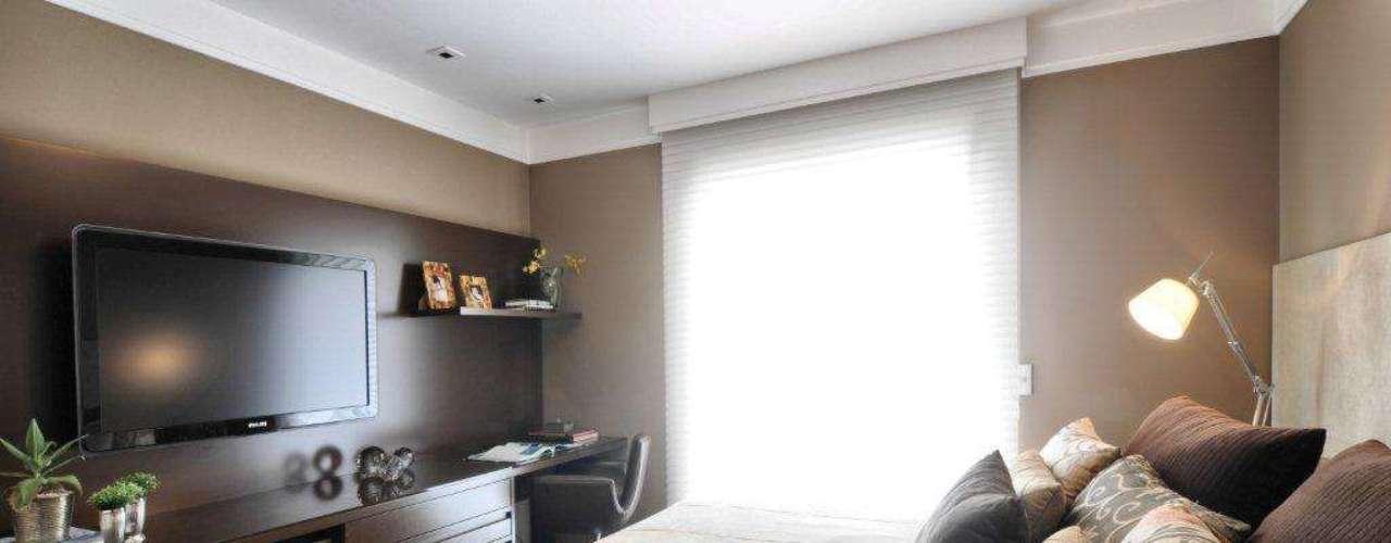Pendurar a televisão na parede permite colocar o resto dos acessórios em cima da bancada, nos nichos ou nas gavetas.