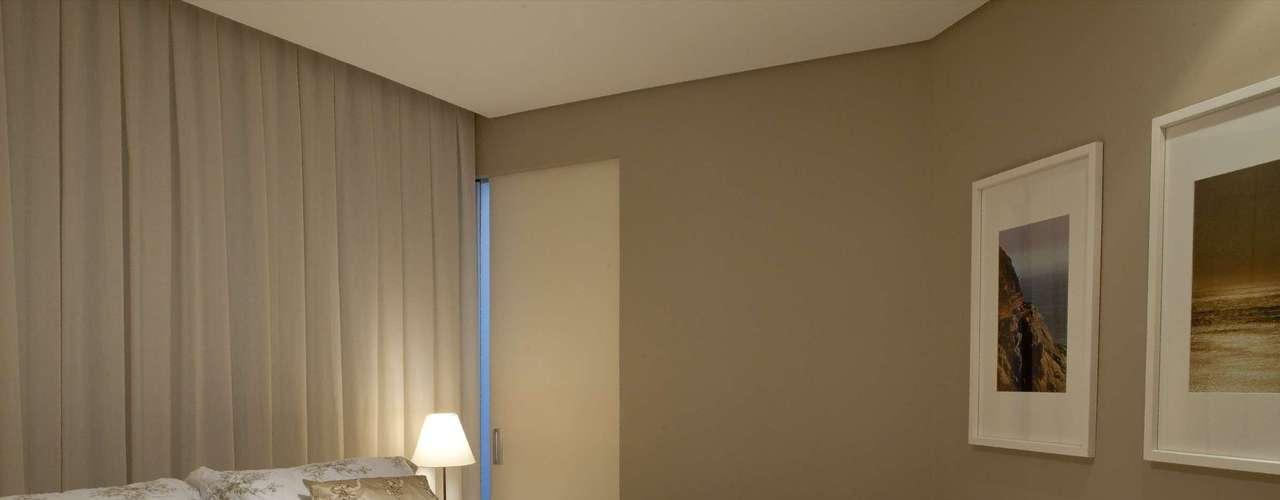 Com a janela no fundo, a arquiteta Camila Gazola optou por criar uma cortina na parede toda, para dar aconchego.