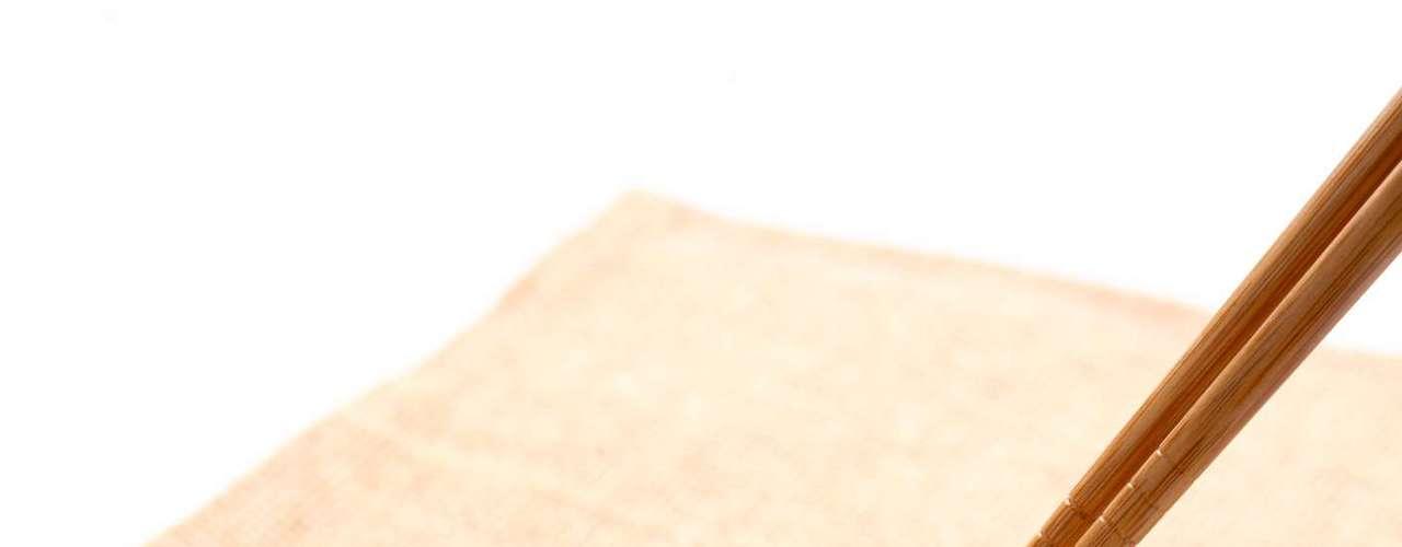 10. Kimchi: é um prato típico coreano feito à base de repolho, rabanete, cebola e vários temperos. No entanto, o repolho é o principal ingrediente e promove o desenvolvimento de bactérias saudáveis no cólon. Além disso, o repolho é também um tipo de fibra que não precisa ser digerida, poupando o intestino e mantendo seus movimentos regulares. Mas, o prato típico também tem contraindicações: por ser apimentado, deve ser evitado por quem tem problemas com o ingrediente