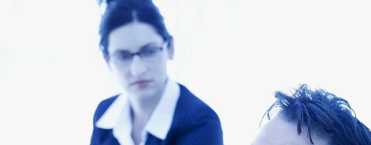 Buscar ajuda profissional - A infidelidade não acontece por acaso. É necessário entender as necessidades não atendidas e como curar as feridas do relacionamento. Um profissional especializado em relacionamentos pode ajudar. Pois se o casal soubesse como lidar com os problemas a dois, já o teriam feito antes da traição
