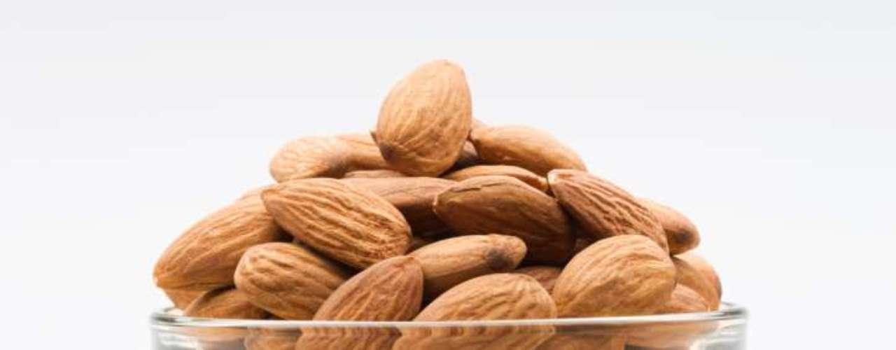 Amêndoas: rica fonte de fibras, proteínas, gorduras não-saturadas, antioxidantes, vitaminas e sais minerais. Excelentes opções para lanches saudáveis, mas com moderação. Recomenda-se consumir no máximo 23 unidades