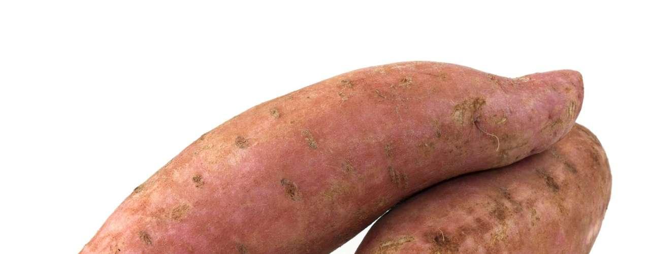 Batata doce: repleta de betacaroteno e vitamina A, são boas para manter o sistema imunológico em dia e são boas fontes de fibras, folato e potássio. Especialistas dizem que o alimento ajuda a deixar a pele mais bonita