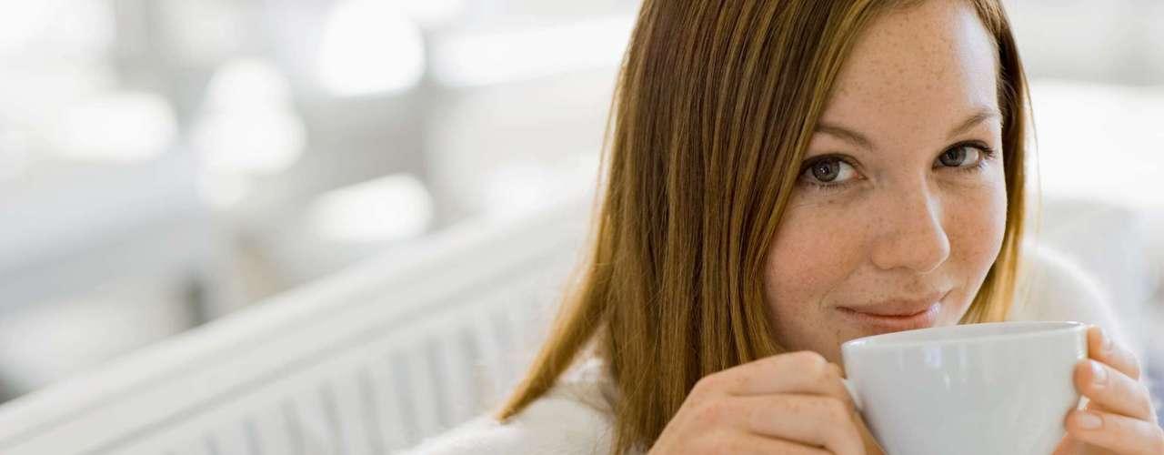 Chá branco: ao lado das versões preto e verde, o chá branco também é importante fonte de antioxidantes que melhoram o sistema imunológico