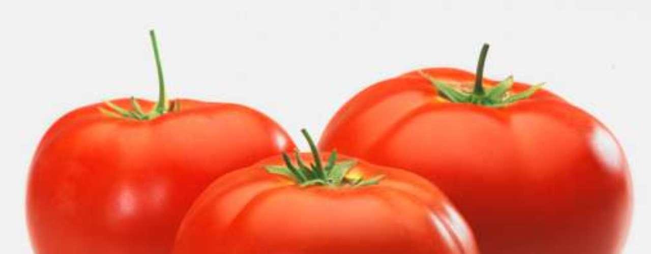 Tomate: rico em vitamina C e licopeno, que combate o câncer, principalmente os de próstata, estomago e pulmão