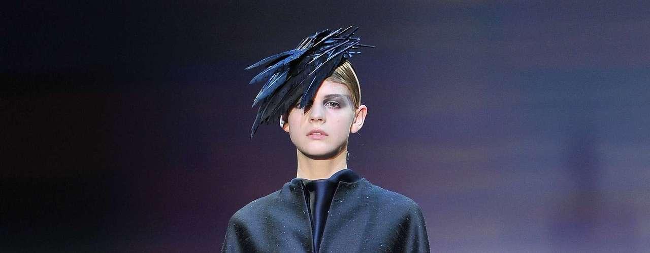 A maioria das modelos levavam na cabeça detalhes como telas, chapéus ou enfeites, cuidadosamente posicionados