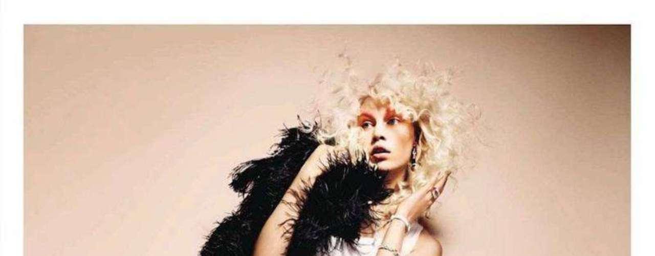A loura aparece em editorial da revista Vogue espanhola de julho de 2012