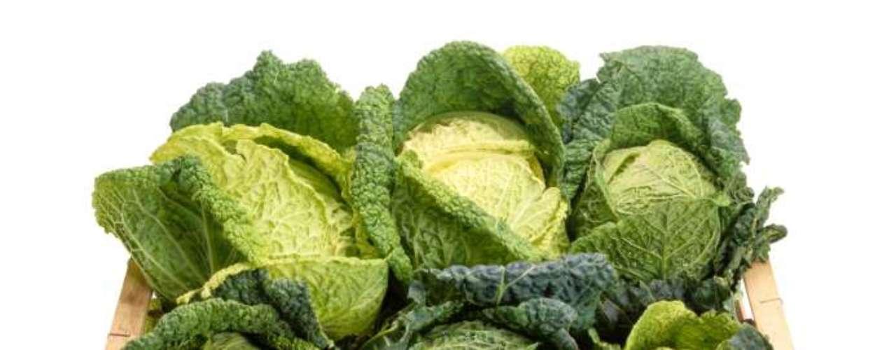 Couve: as folhas do vegetal são repletas de cálcio, importantes para a saúde dos ossos e dentes. Também oferece vitaminas que ajudam no combate a infecções, a manter os nervos saudáveis e boa coagulação