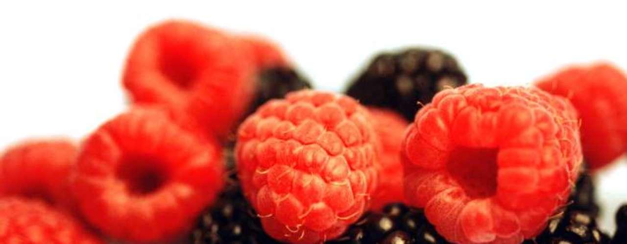 Framboesas e amoras: ricas em vitamina C, antioxidantes e outras substâncias relacionadas à manutenção da saúde mental, do coração, combate ao câncer e a infecções do trato urinário