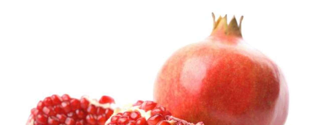 Romã: o fruto que envolve as sementes é boa fonte de antioxidantes, fibras, vitamina C, folatos e vitamina K