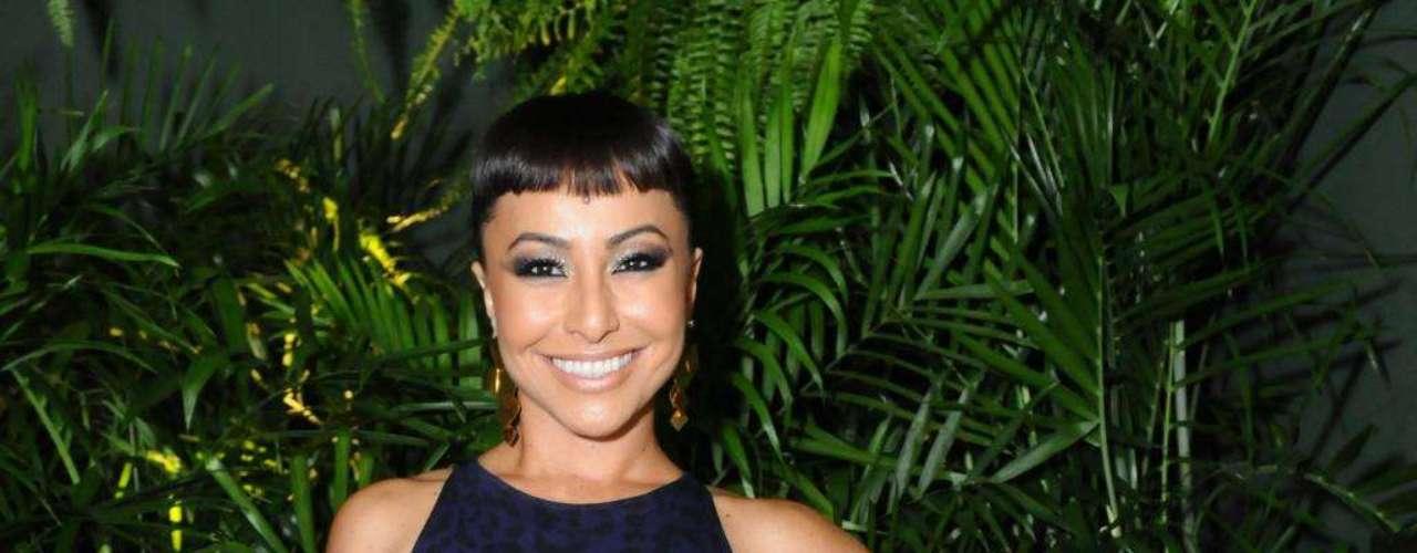 Sabrina optou por uma estampa de oncinha, na cor azul escuro, para um evento na capital paulista. \