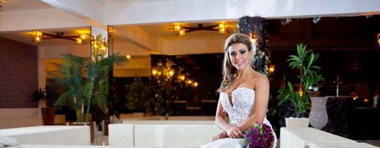 Fabiana posou usando um vestido de cerca de R$ 60 mil, do estilista Marco Tarragô