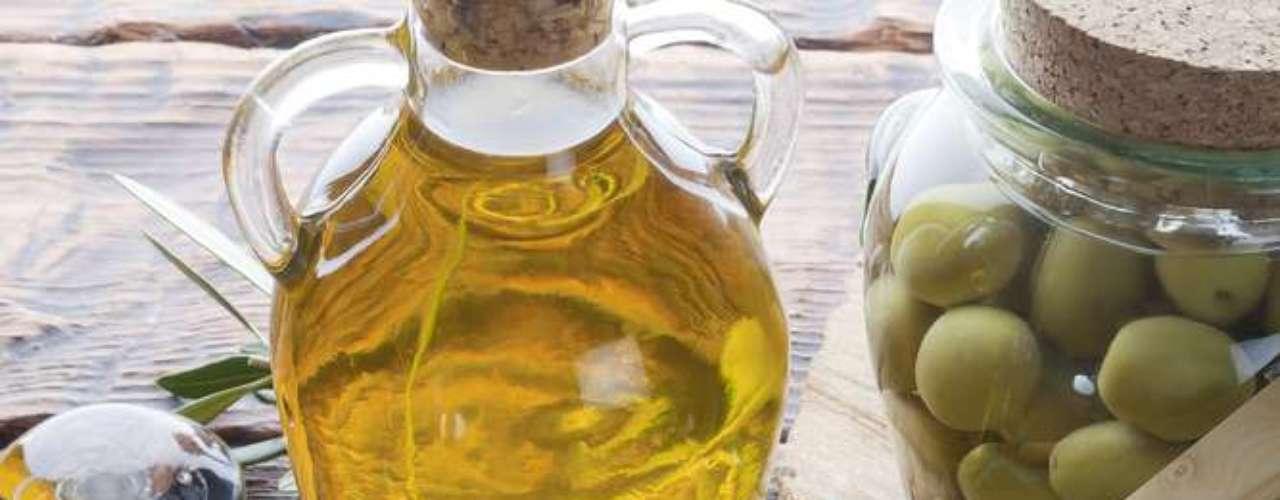 Gorduras presentes no azeite de oliva, óleo de canola, castanhas e peixes são ricas em vitamina A - substância que mantém a pele bronzeada