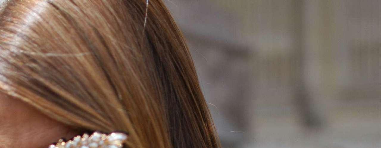 Anna Dello Russo, que já usou até melancia na cabeça, se contentou com muito brilho  inclusive nos óculos  para o desfile da Chanel