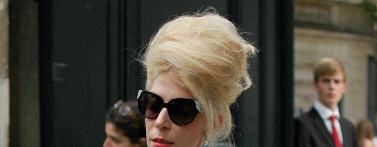 Plumas e cabelão no desfile de Valentino