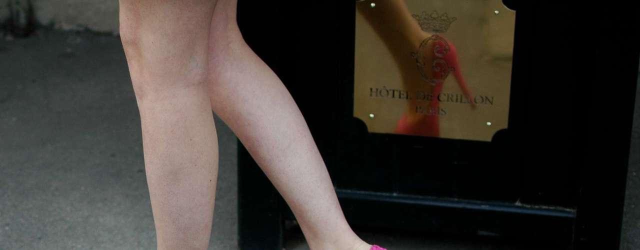 Não houve lugar para as rasteirinhas entre o seleto público dos desfiles de alta-costura em Paris. Saltos altíssimos estavam nos pés da maioria das convidadas, deixando a variação para cores, tipos de salto e estilos. Essa fashionista optou pelo escarpin meia-pata rosa com a famosa sola vermelha do designer Christian Louboutin